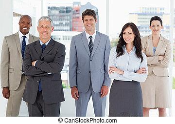 álló, övé, colleagues, mosolygós, középső, végrehajtó, fiatal, szoba