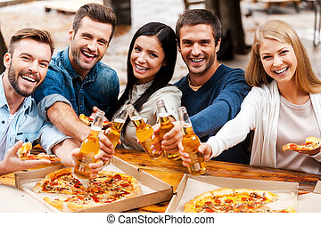 álló, boldog, csoport, emberek, kifeszítő, fiatal, you!, időz, pirítós, sör, más, szabadban, palack, mindegyik, kötés, ki