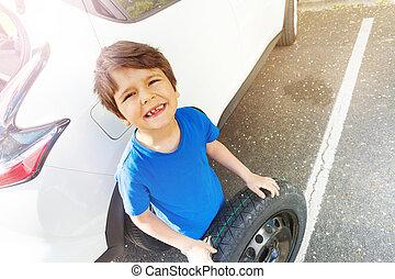 álló, fiú, autógumi, autó, következő, kímél, boldog