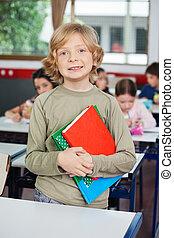 álló, iskolásfiú, előjegyez, íróasztal