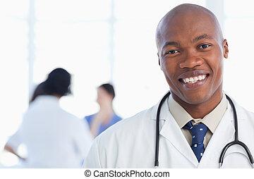 álló, nyak, övé, orvos, sztetoszkóp, mosolygós, mindenfelé