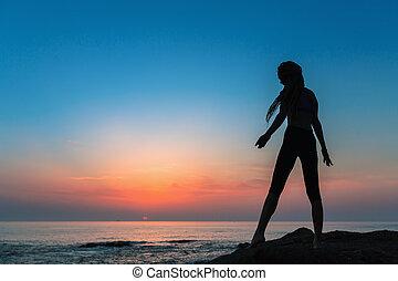 árnykép, tengerpart, tenger, hajlékony, közben, leány, twilight.