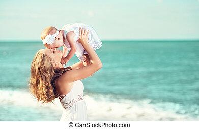 ég, white család, csecsemő, boldog, dress., anya, feláll, eldob