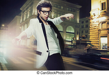 éjszaka, utca, elegáns, fiatalember