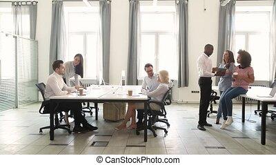 élénk hivatal, dolgozó, hely, multicultural, beszéd, technológia, bot