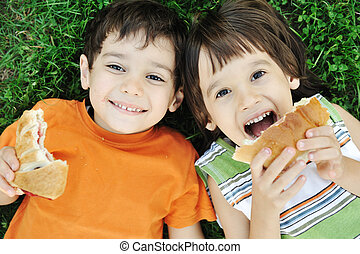élelmiszer, boldogan, föld, fiú, csinos, étkezési, két, egészséges, lefektetés, természet