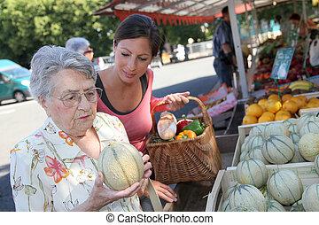 élelmiszerbolt, woman bevásárol, fiatal, öregedő, ételadag