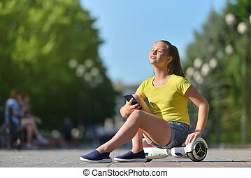 élvez, gyermek, nap, csinos, park., nyár, jár, birtok, leány, smartphone
