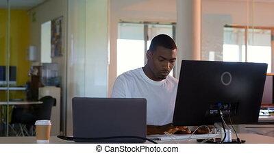 íróasztal, fiatal, hím, dolgozó, végrehajtó, 4k, hivatal, modern, számítógép