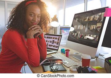 íróasztal, kézbesít, női, időz, grafikus, látszó, fényképezőgép, áll, tervező, ülés