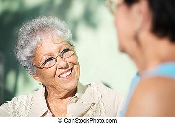 öreg, liget, két, beszéd, barátok, senior women, boldog