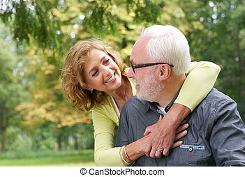 öreg párosít, mindegyik, látszó, más, szabadban, mosolyog vidám