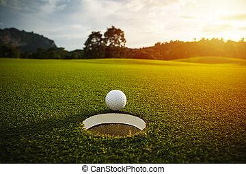 összefut., labda, golf, szelektív, fellobbanás, hatás, napvilág, lencse, jó, zöld háttér, fehér, fű, kilyukaszt