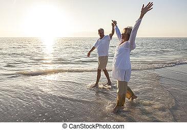 összekapcsol naplemente, hatalom kezezés, idősebb ember, tengerpart, napkelte, boldog