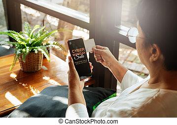 összpontosít, hitel, smartphone, online, fogalom, kiárusítás, -, birtok, kártya kezezés, idősebb ember, hétfő, woman bevásárol, kibernetikai, szelektív