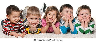 öt, gyerekek, fekvő, szőnyeg