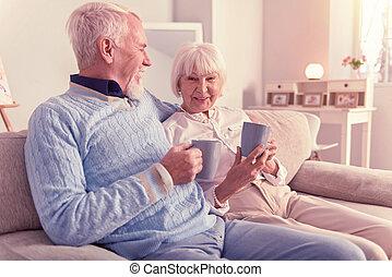 övé, feleség, ölelgetés, jókedvű, idősebb ember, mosolyog bábu