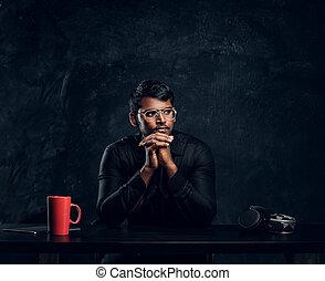 övé, sideways., ülés, íróasztal, vonzalom, laptop, látszó, indiai, áll, diák, kézbesít