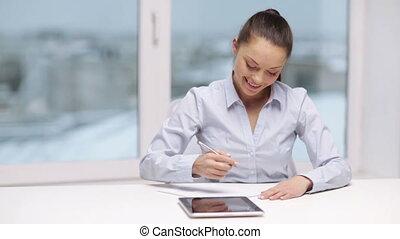 üzletasszony, mosolygós, tabletta, hivatal, számítógép
