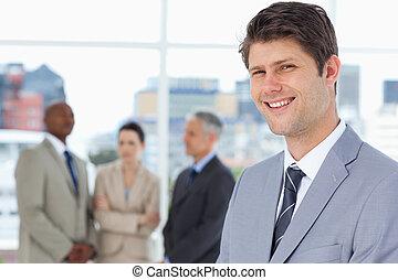 üzletember, őt, függőleges, között, befog, mosolyog van, övé