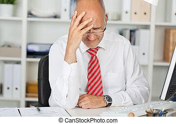 üzletember, fej, íróasztal, felborít, kéz
