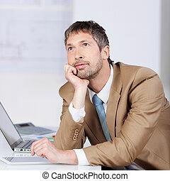 üzletember, figyelmes, íróasztal, áll, kéz