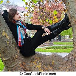 ősz, woman ellankad, gondolkodó, fa, feláll, látszó, szín, mosolygós