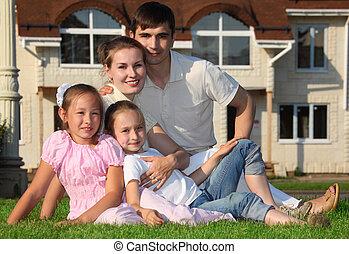 őt ül, család, épület, ellen, négy, fű