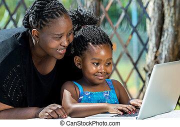afrikai, laptop, gyermek, látszó, anya, outdoors.