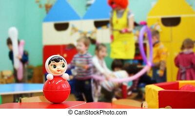 akkor, roly-poly, játékszer, meghatott, összpontosít, bohóckodik, gyerekek, óvoda, játék, asztal
