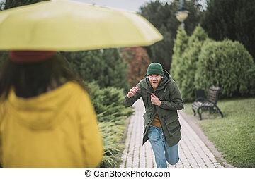 alatt, fiatalember, barátnő, övé, futás, esernyő, sárga