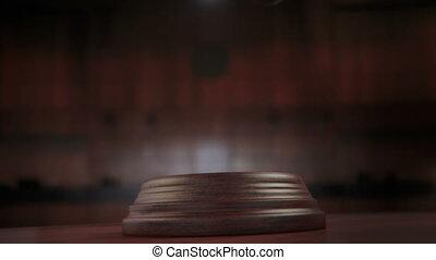alfa, bukfenc, árverezői kalapács, bíróság, ütés