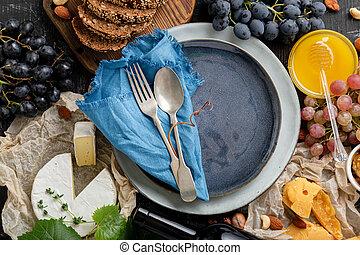 alkatrészek, tányér, bor, tengertől távol eső, kanál, villa, felszolgálás, grapes., sajt tál, kitchen., kék, üres, élelmiszerbolt, keret, bread, élelmiszer