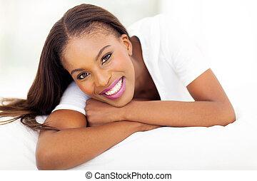american woman, fekvő, ágy, afrikai