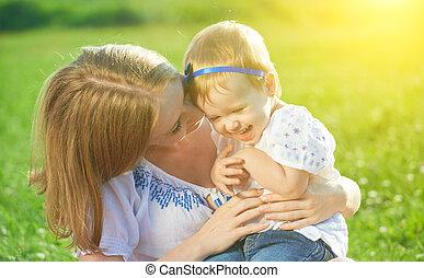 anya, csiklandoz, csecsemő, boldog, lány, család, természet, nevet