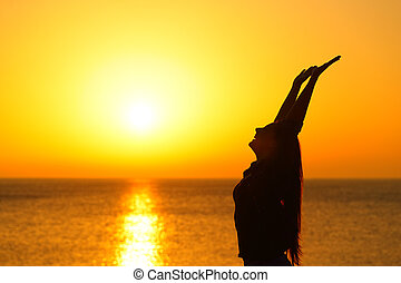 arcél, nő, fegyver, naplemente tengerpart, emelés, boldog