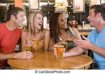 bár, fiatal, nevető, csoport, ivás, barátok