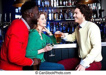bár, három, sör, csoport, ivás, barátok