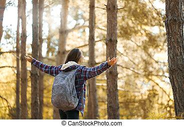 backpacking, kézbesít, élvez, fenék, nő, kilátás, emelt, woods., összhang, fogalom, gyönyörű, természet