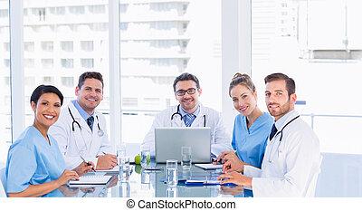 befog, íróasztal, mosolygós, hivatal, mindenfelé, orvosi