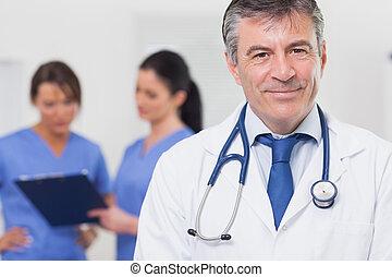 befog, övé, orvos, sztetoszkóp, mosolygós, mögött, őt