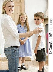 bejárat, nő, két, fiatal, elülső, mosolygós, gyerekek