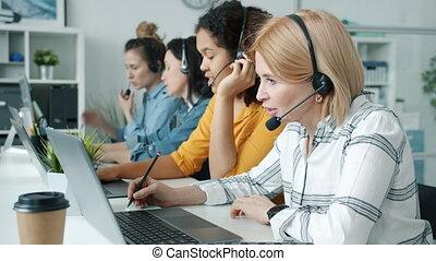 bent, beszéd, középcsatár, laptops, munkás, dolgozó, hívás, nők, használ, csoport, hivatal, fejhallgató