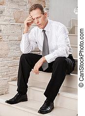 birtok, érett, fej, lehangolt, businessman., ülés, ember, formalwear, lépcsőház, kéz, időz