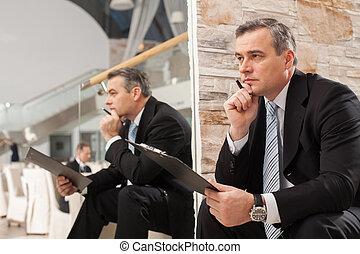 birtok, érett, friss, áll, figyelmes, ülés, ember, keres, formalwear, lépcsőház, kéz, külső, ideas., időz