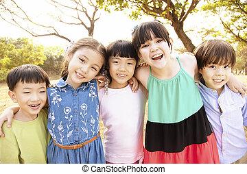 boldog, csoport, iskolások, liget, multi-ethnic