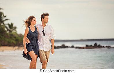 boldog, gyalogló, nő, szeret, romantikus összekapcsol, sunset., fegyver, mindegyik, mosolyog bábu, tengerpart, más., mindenfelé