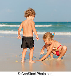 boldog, gyerekek, tengerpart, két, játék