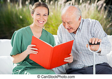 boldog, könyv, női, portré, ápoló, felolvasás, senior bábu