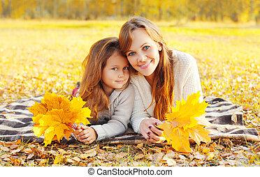 boldog, napos, portré, pléd, gyermek, fekvő, együtt, sárga, anya, nap, ősz, őt lap, mosolygós, juharfa